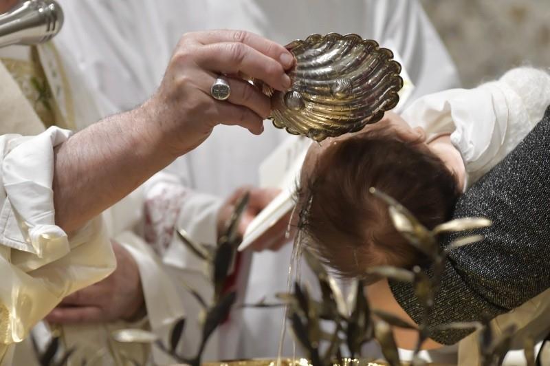 Paus Fransiskus Membaptisanak-anak