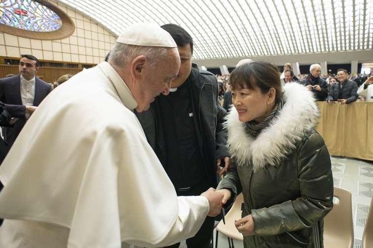 Paus Fransiskus Bertemu dengan Seorang Wanita yang Menarik Tangannya pada Malam PergantianTahun.