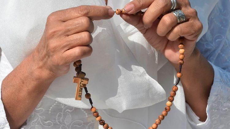 Rantai Doa Rosario Sedunia Tahunan mengundang doa bagi PausFransiskus