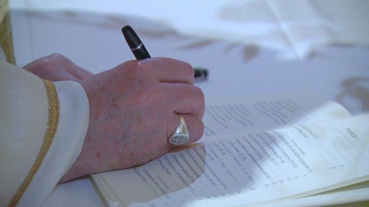 """Paus menandatangani Ensiklik baru """"Fratellitutti"""""""