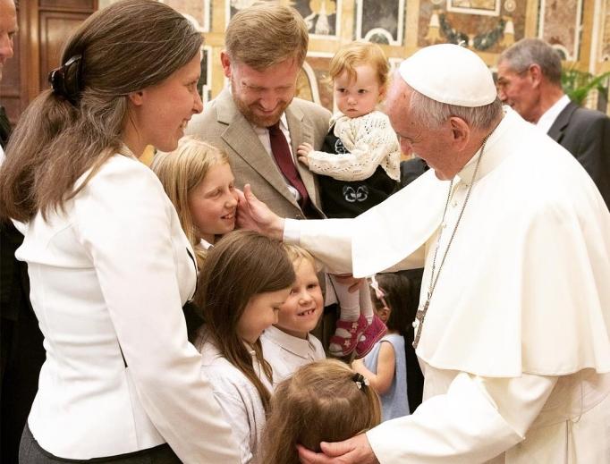 """Pesan Paus Fransiskus pada Pembukaan Tahun Keluarga """"AmorisLaetitia"""""""
