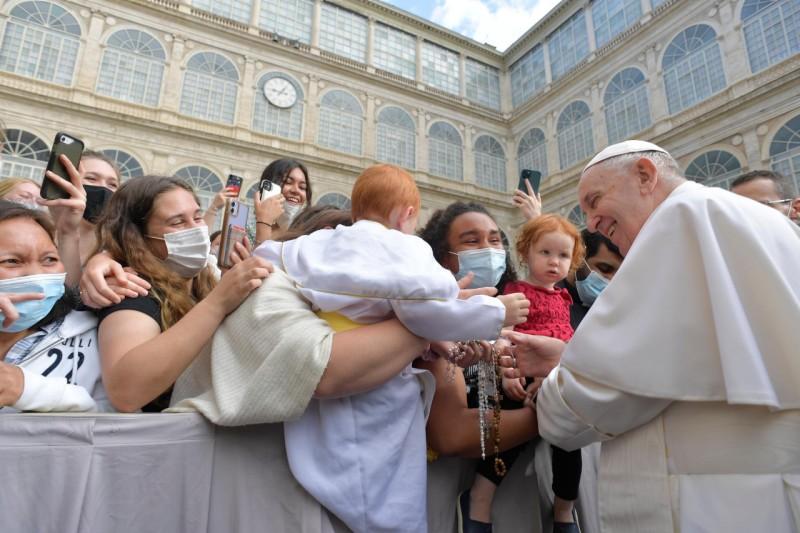 Video Pesan Paus pada Forum Pembahasan Seruan Apostolik AmorisLaetitia